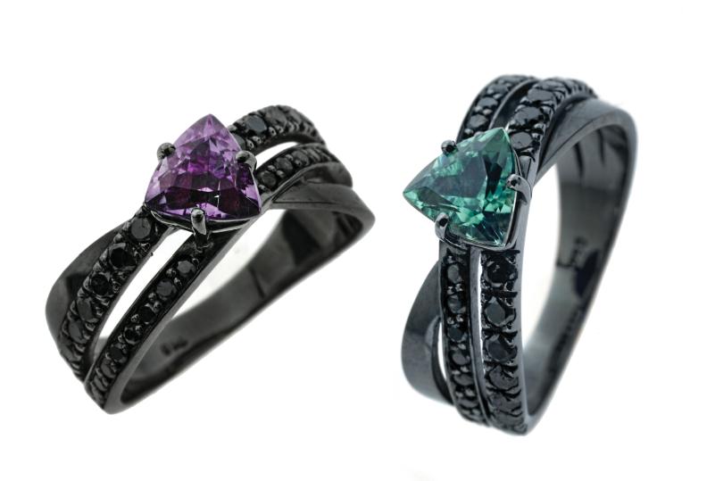 Anéis trillion, ouro branco, ródio negro diamantes negros com ametista ou turmalina verde;